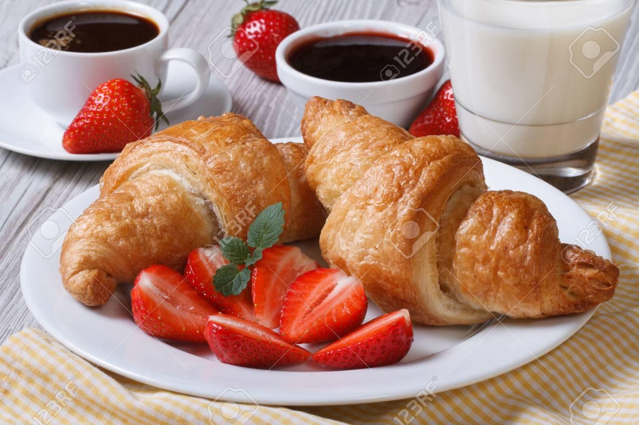 https://previews.123rf.com/images/lenyvavsha/lenyvavsha1405/lenyvavsha140500115/28152752-croissants-avec-la-fraise-caf%C3%A9-et-lait-petit-d%C3%A9jeuner-sain-et-%C3%A9quilibr%C3%A9.jpg
