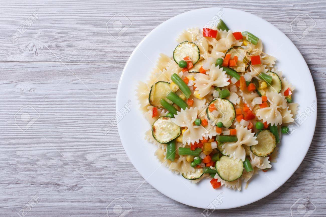 Italienische Pasta Farfalle Mit Scheiben Von Gemüse Auf Einem