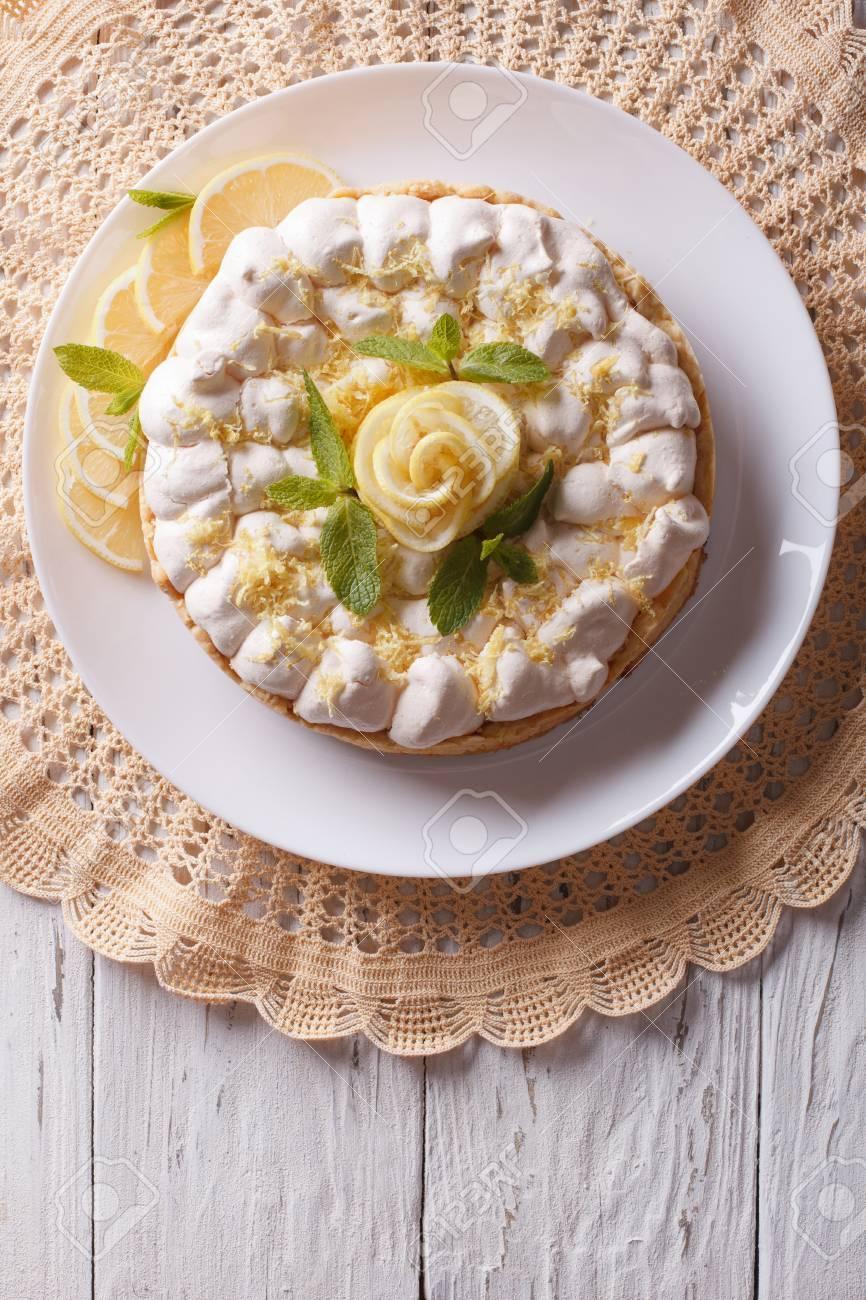 Schone Zitronen Baiser Kuchen Auf Dem Tisch Vertikale Ansicht Von