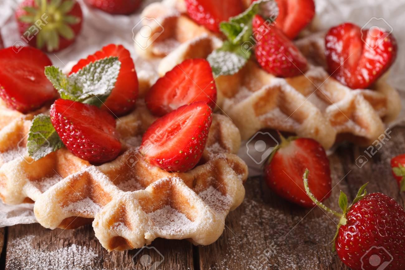 Belgische Küche: Waffeln Mit Erdbeeren, Puderzucker Und Minze Auf Einem  Tisch Makro. Horizontal