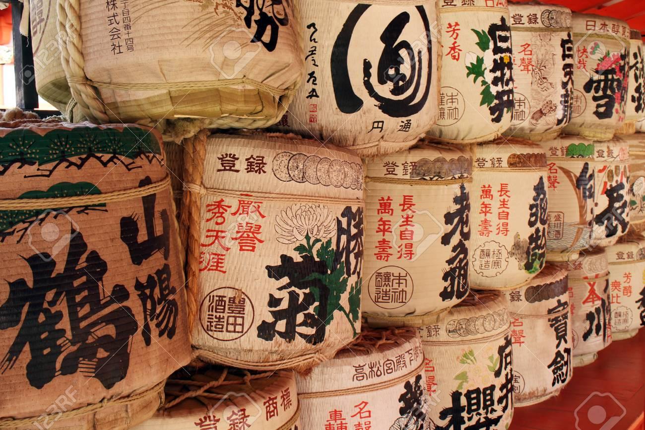 Die Trommeln Oder Fässer Von Sake (japanische Alkoholische Getränke ...