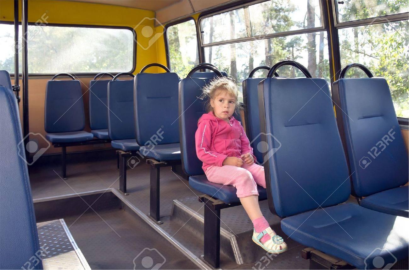У девочек под  в автобусе