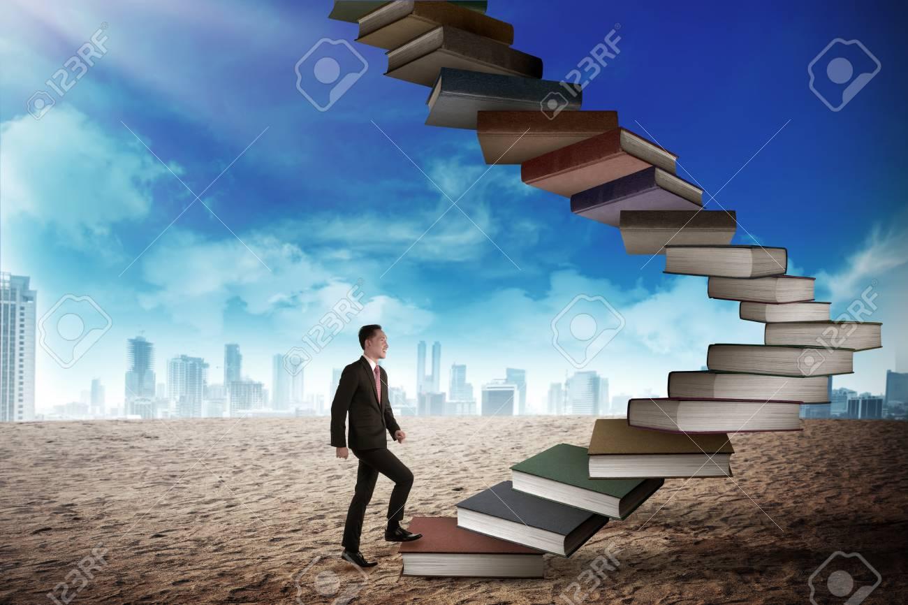 Homme D Affaires Intensifier Livre Volant Qui Ressemble A Un Escalier Concept De Carriere Et De L Education