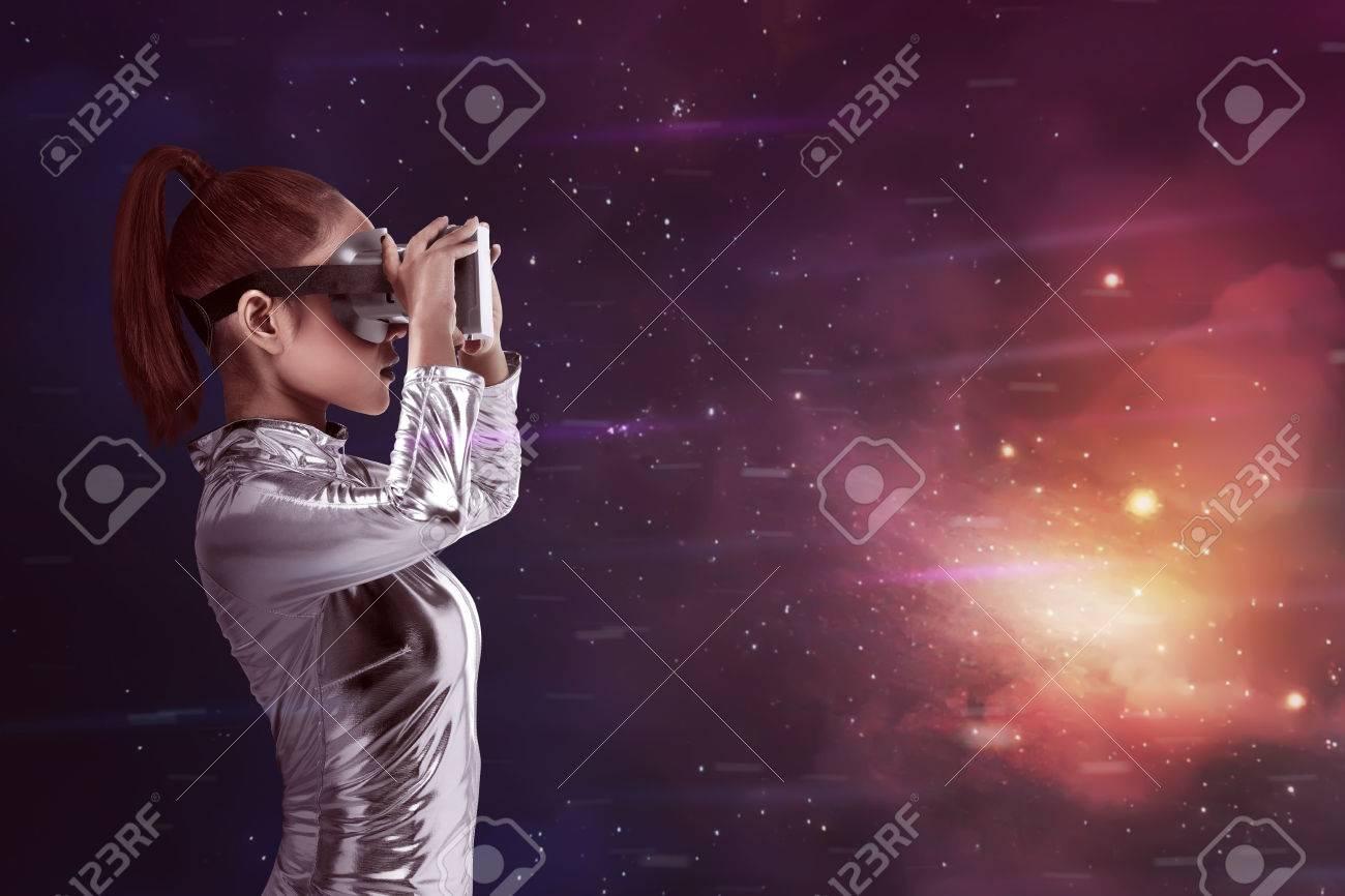 Jolie Femme Asiatique Portant Argent Combinaison De Latex Et VR ...