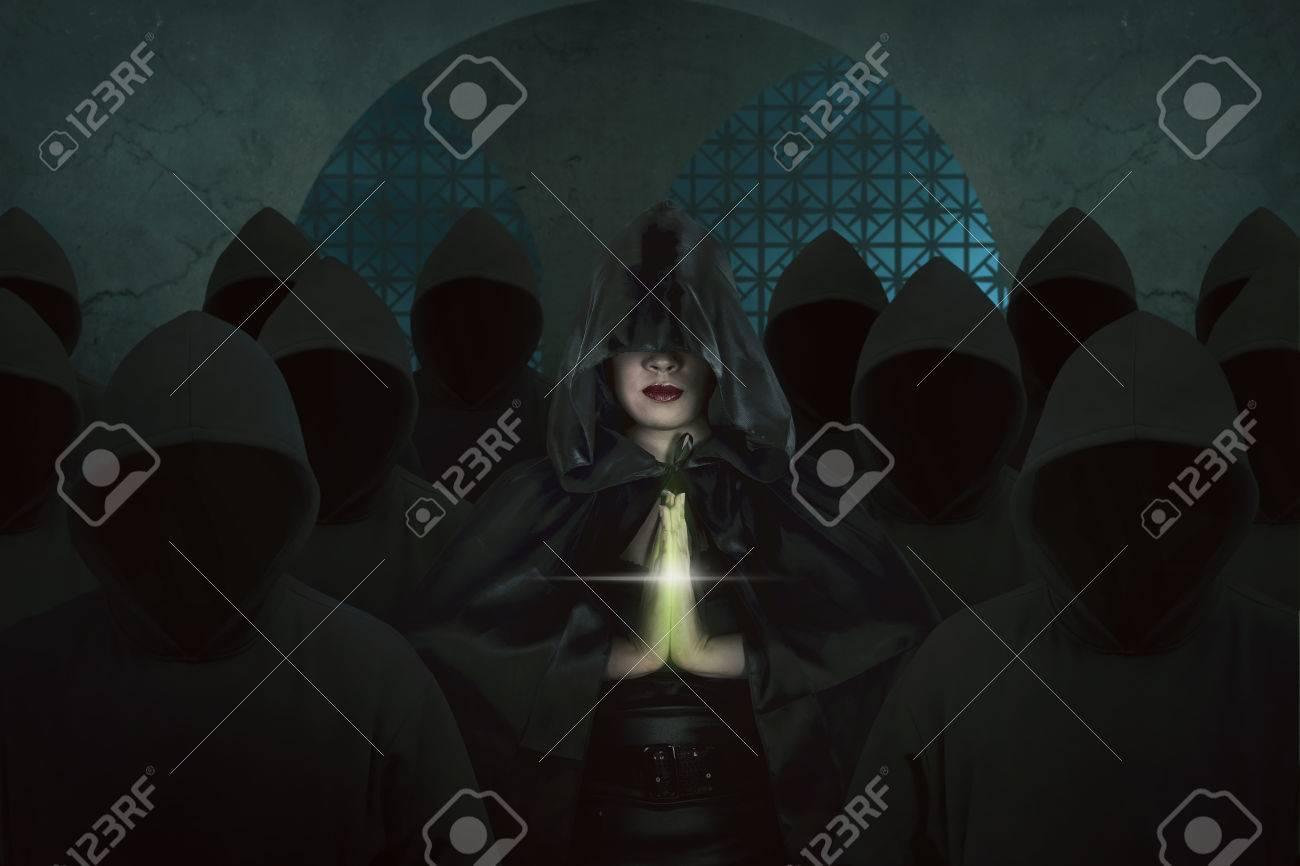 Mujer Bruja Asiática Dentro Del Antiguo Castillo En El Cuarto Oscuro ...