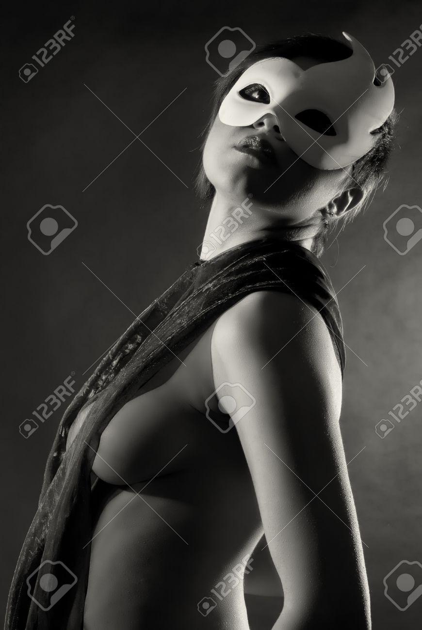 Sexy Mujer Desnuda Con La Máscara Blanca Del Carnaval En Blanco Y Negro
