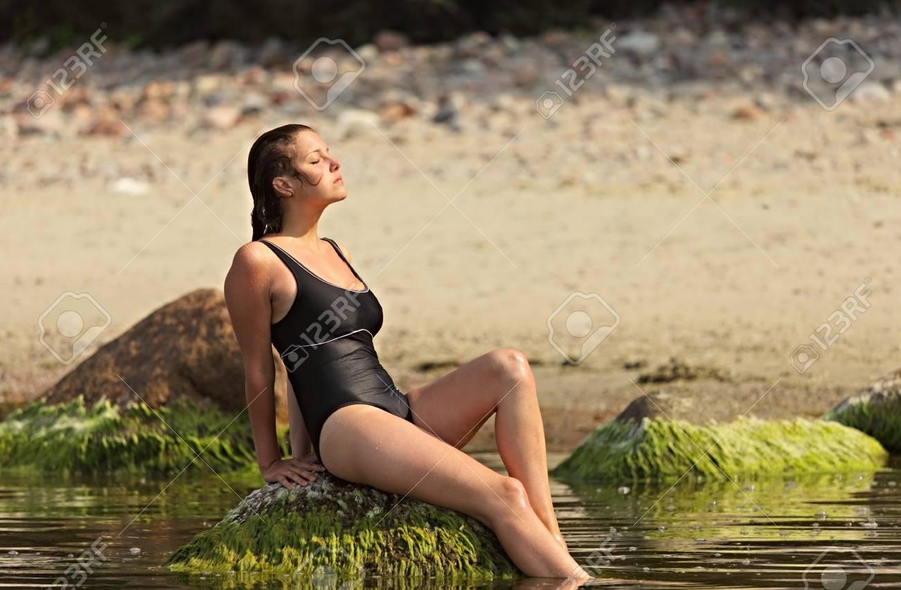 Девушки в купальниках босиком фото