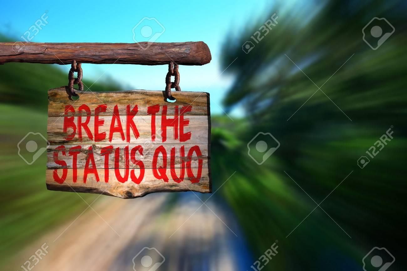 Romper El Status Quo De Motivación Signo Frase En La Madera Vieja Con El Fondo Borroso