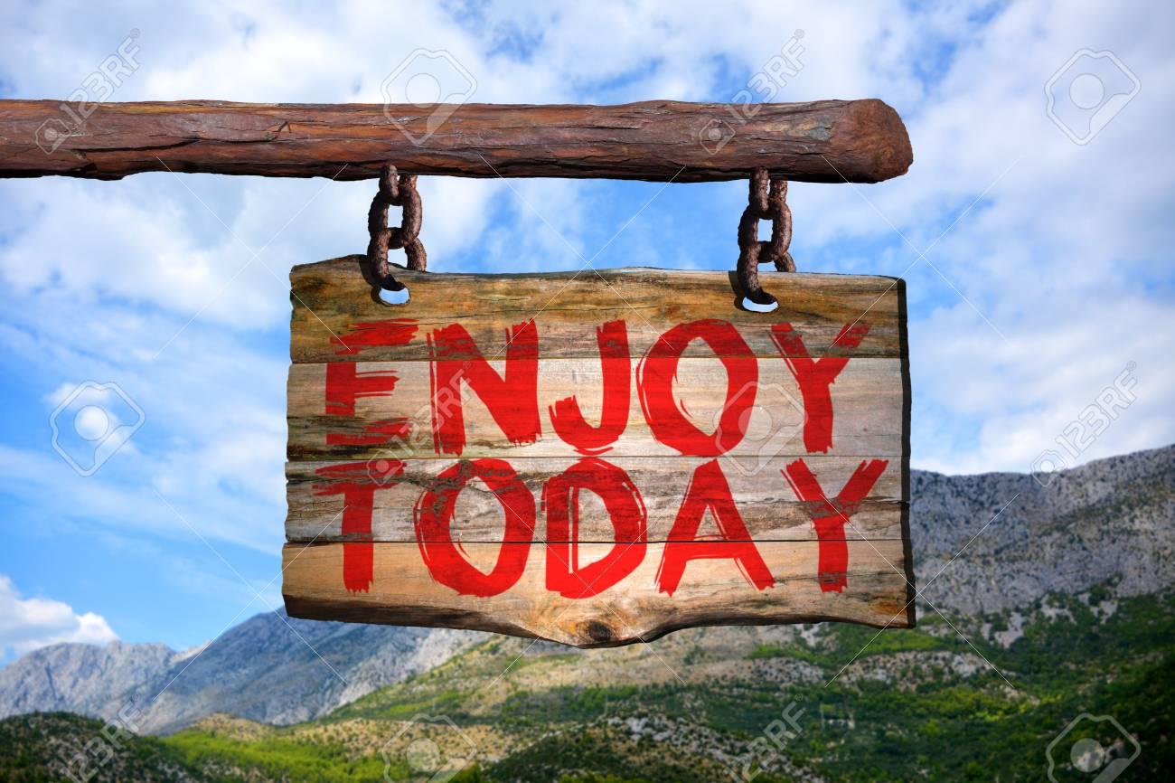 Disfrutar Hoy Señal De Frase Motivacional En Madera Vieja Con Fondo Borroso