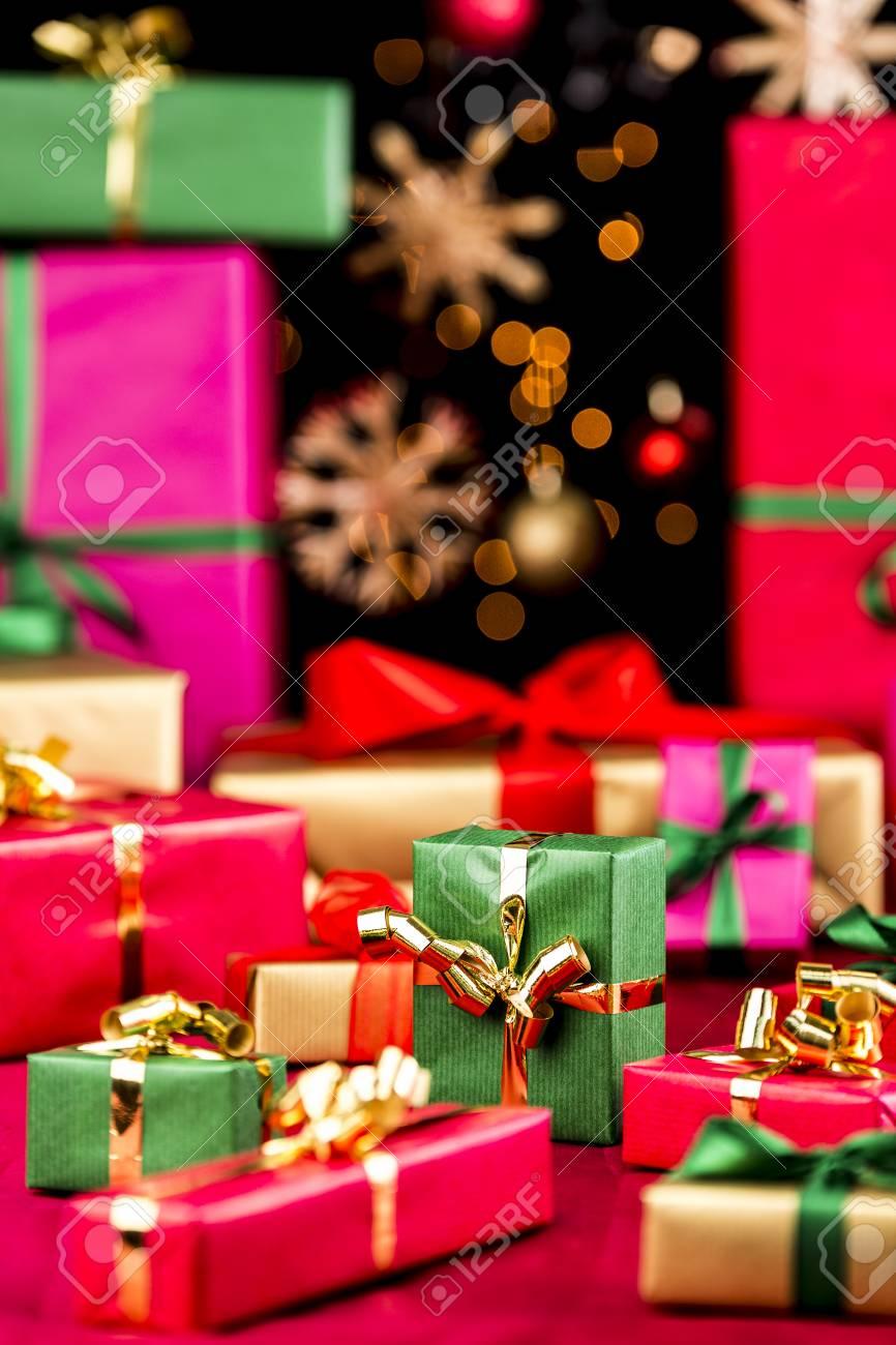 Regali Di Natale Semplici.Molti Regali Di Natale Semplici Disposti Su Un Panno Rosso Perfeziona La Profondita Di Campo Per Lo Piu Forme Morbide In Colori Vivaci Stelle Di