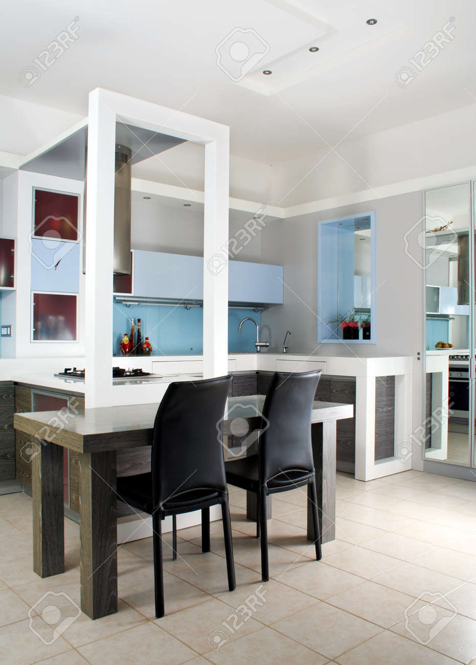 Moderna Cucina Bianca E Legno Itnerior Girato In Studio Con Luce ...