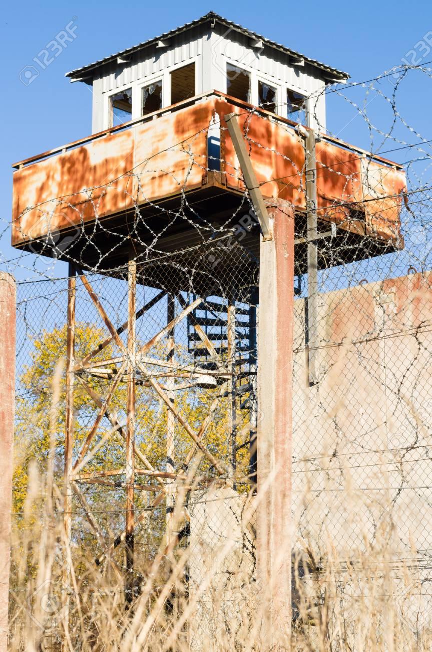 Verlassener Wachturm Und Gefängniszaun Draht Widerhaken Lizenzfreie ...