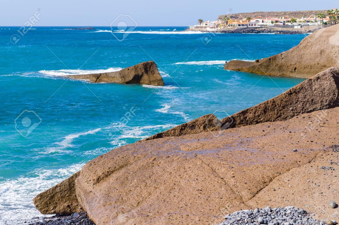 Costa rocciosa vulcanica scenica della località di soggiorno di Costa  Adeje, Tenerife, isole Canarie, Spagna