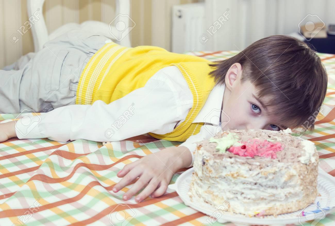 Kinder Gerne Essen Mit Den Handen Leckeren Kuchen Geburtstag