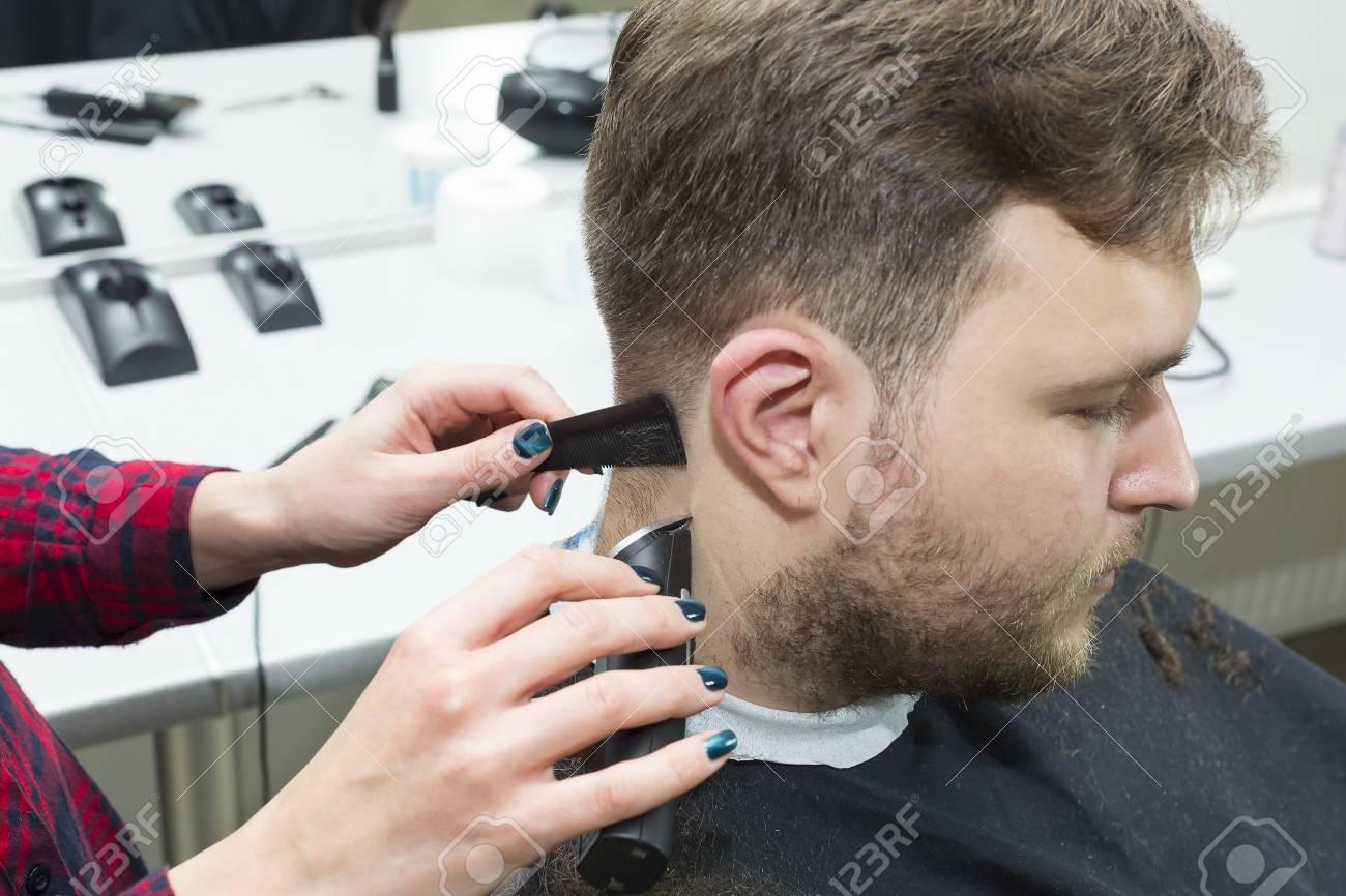 Le Jeune Homme A La Coiffure Modele De Maquillage Coiffeur De Salon Banque D Images Et Photos Libres De Droits Image 80168787