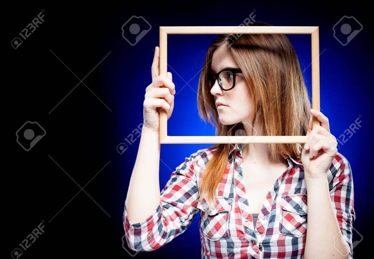 Frau Mit Großen Nerd Brille Nach Links Schaut, Rahmen Um Ihr Gesicht ...