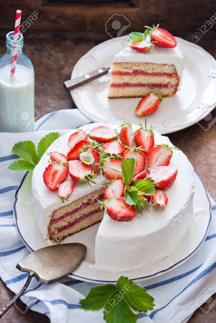 Kostliche Erdbeerkuchen Mit Sahne Und Frischen Erdbeeren Lizenzfreie