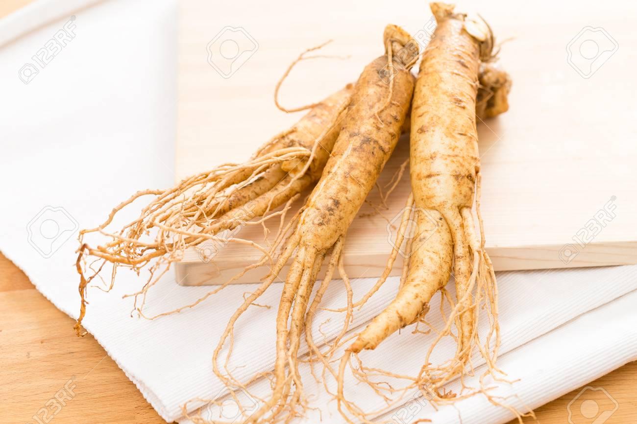Fresh Ginseng Root Banque de Photo, Photo et Image Libres de Droits.  Image 75986766.