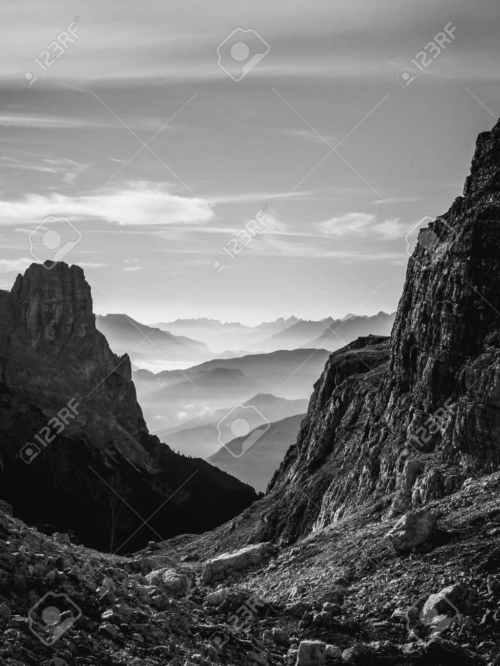 Opinión Del Paisaje Blanco Y Negro De Las Montañas Y De Las Colinas