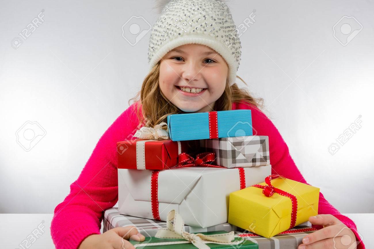 Regali Di Natale Ragazza.Immagini Stock Ragazza E Felice Per I Regali Di Natale Image 49746265