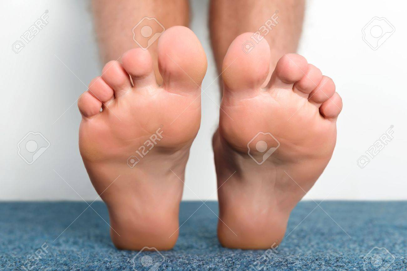 Clean male toes without any dermatological issues. - 46471012
