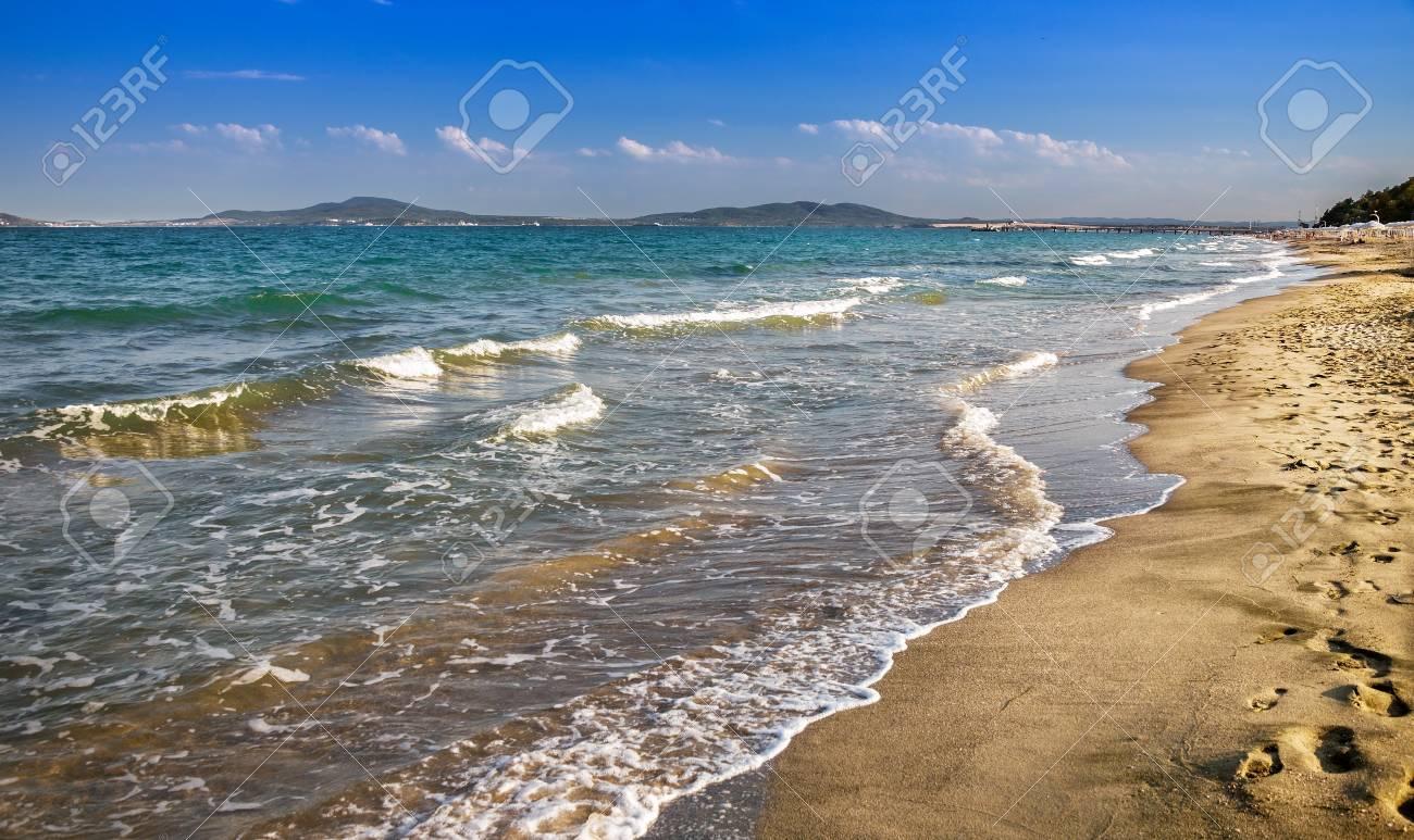 晴れた日にブルガスに海とビーチ...