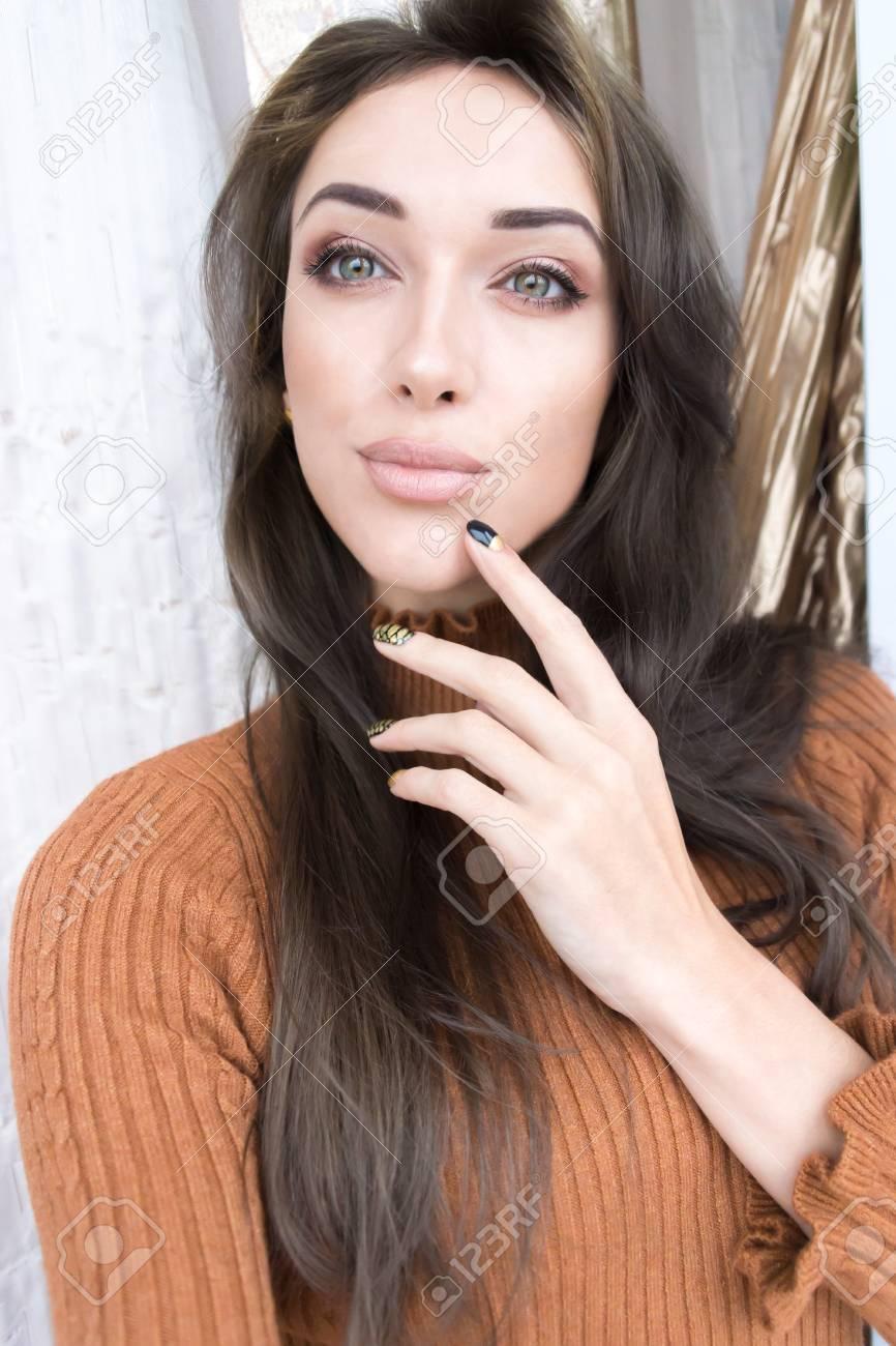 Selfie schönes junges Mädchen mit dunklen Haaren Standard-Bild - 84547022 ca0690246d