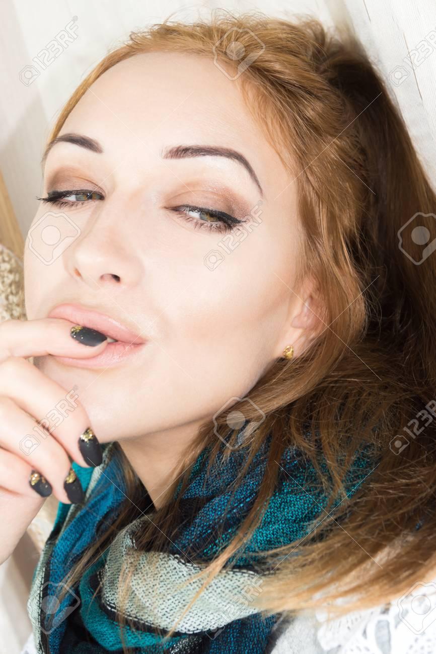 Selfie schönes junges Mädchen mit dunklen Haaren Standard-Bild - 84496617 88eb2b00f6
