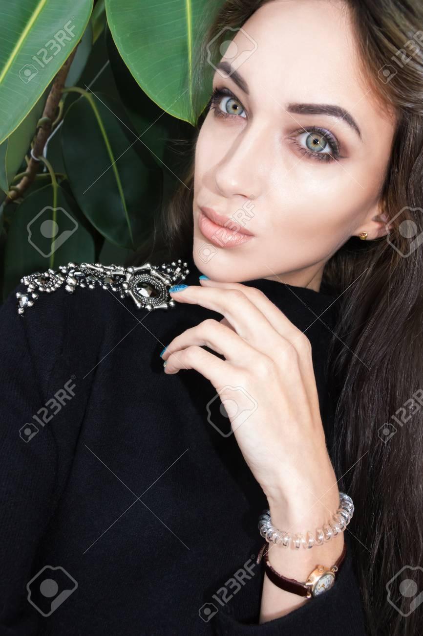 Selfie schönes junges Mädchen mit dunklen Haaren Standard-Bild - 84423763 dd7e803b8b