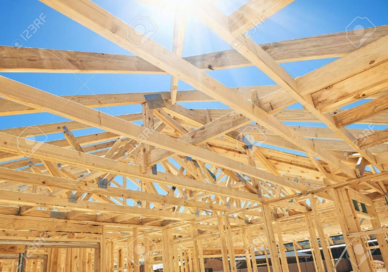 Nueva Construcción De Viviendas Enmarcado En Casa Con Vista Al Techo ...