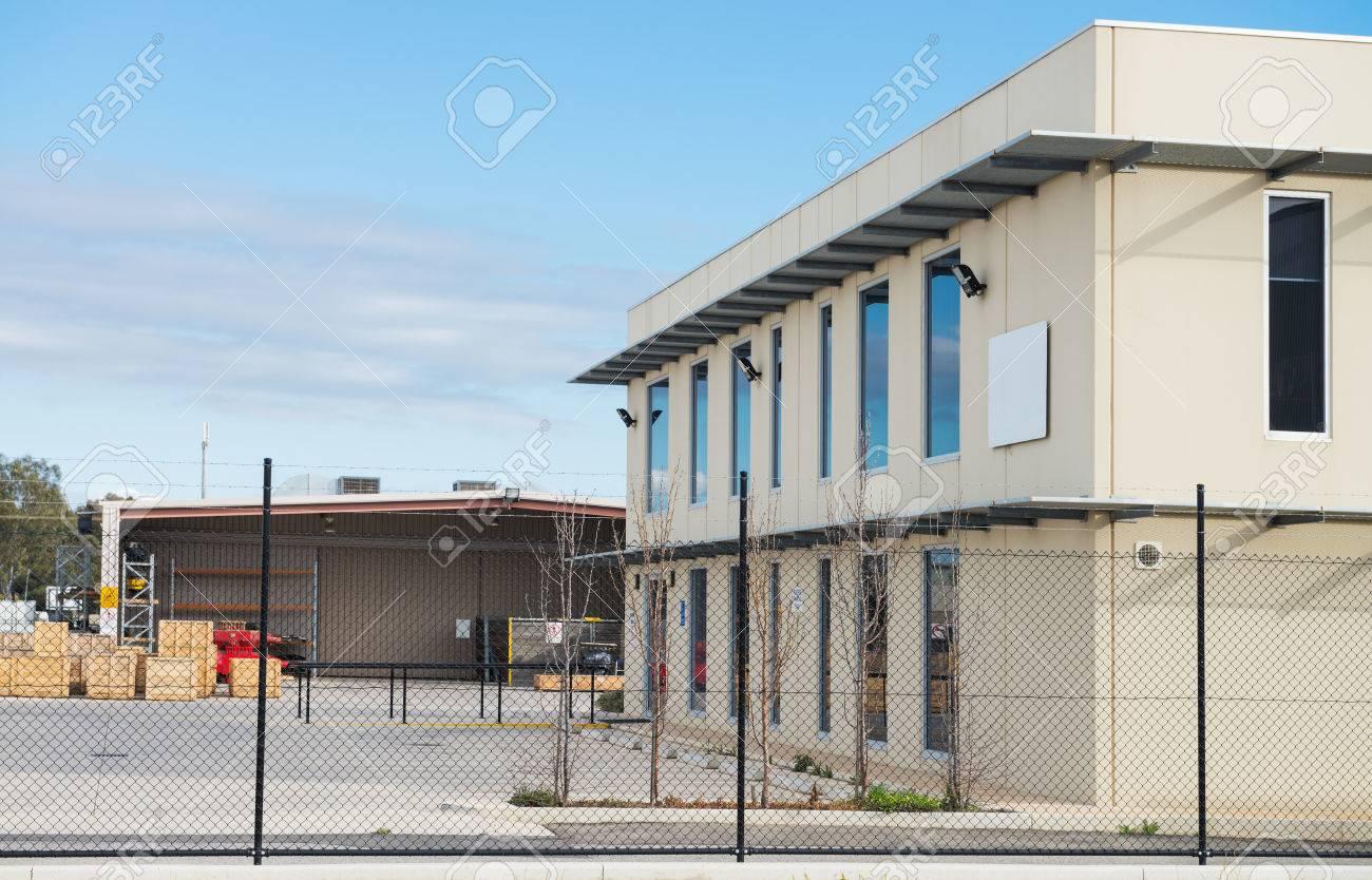 Immeuble de bureaux moderne avec entrepôt industriel et de l