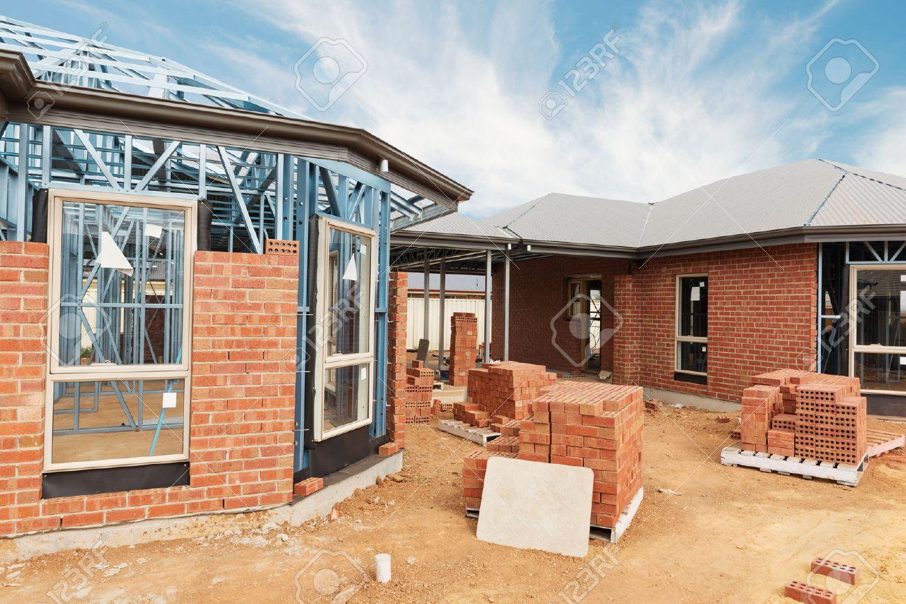 casa de nueva construccin residencial de ladrillo con estructura metlica contra un cielo azul foto de