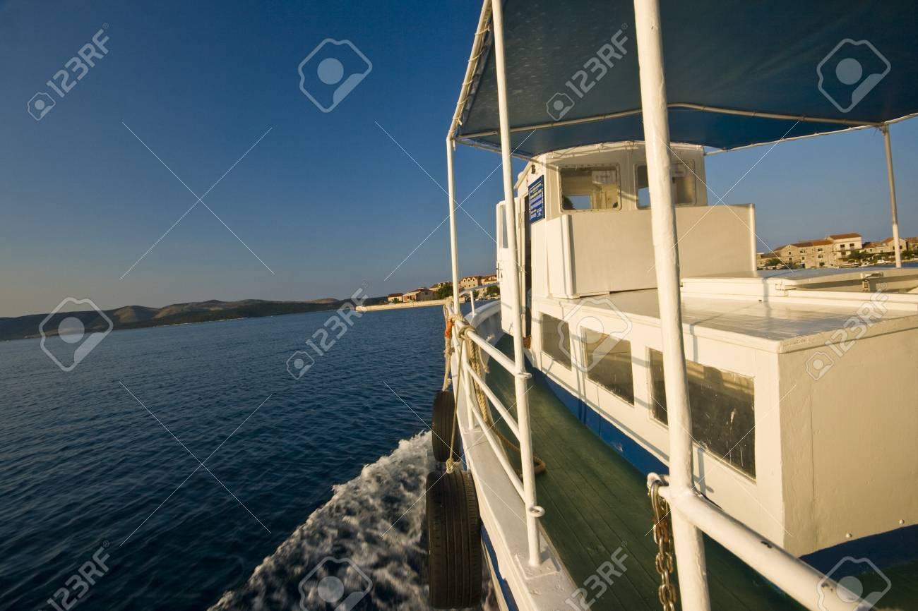 白い船、アドリア海の最も小さいの有人島と島クラパニのパノラマ。 の ...