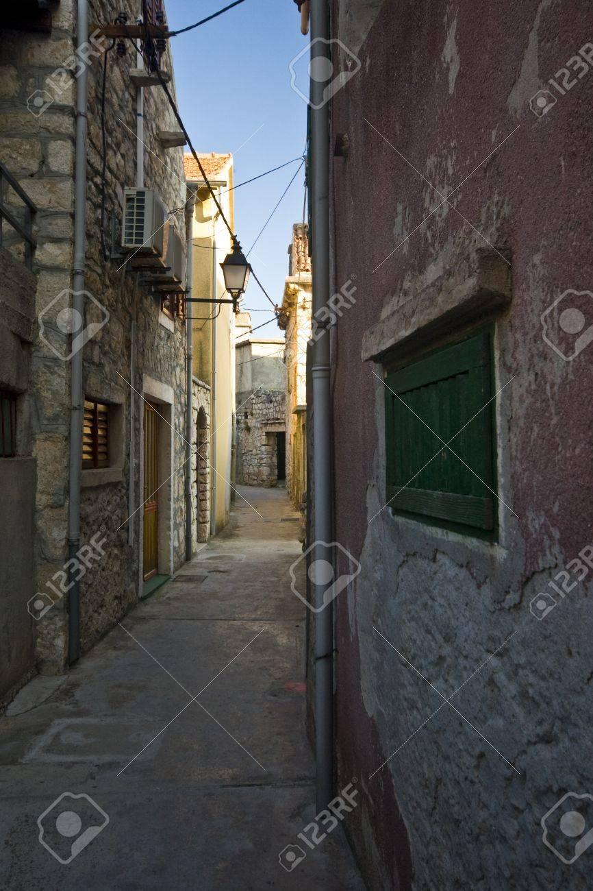 石造りの家とクラパニ島、アドリア海の最小の有人島の街。それはまた ...
