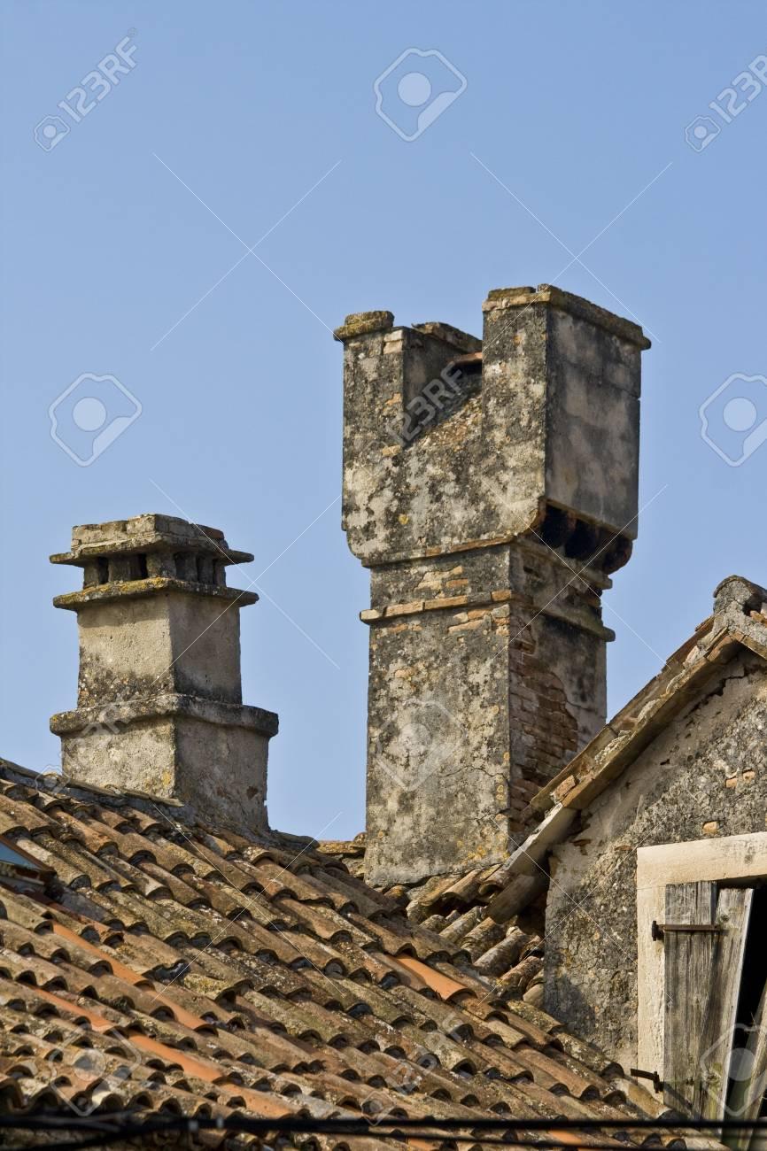 クラパニ島、アドリア海の最小の有人島の家の屋根に従来の煙突。 の ...