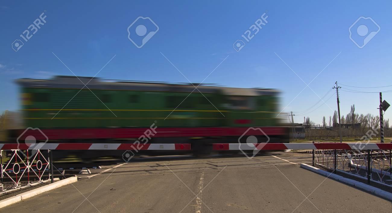 Foto de un tren rápido en el movimiento y el cielo azul Foto de archivo - 13206714