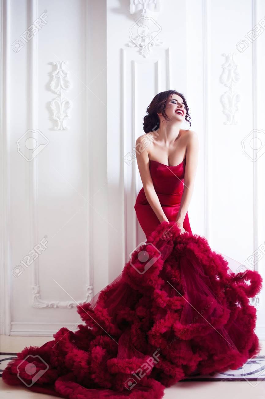 87e647a8528 Banque d images - Beauté Brunette modèle femme en robe de soirée rouge.  Beau maquillage mode de luxe et coiffure