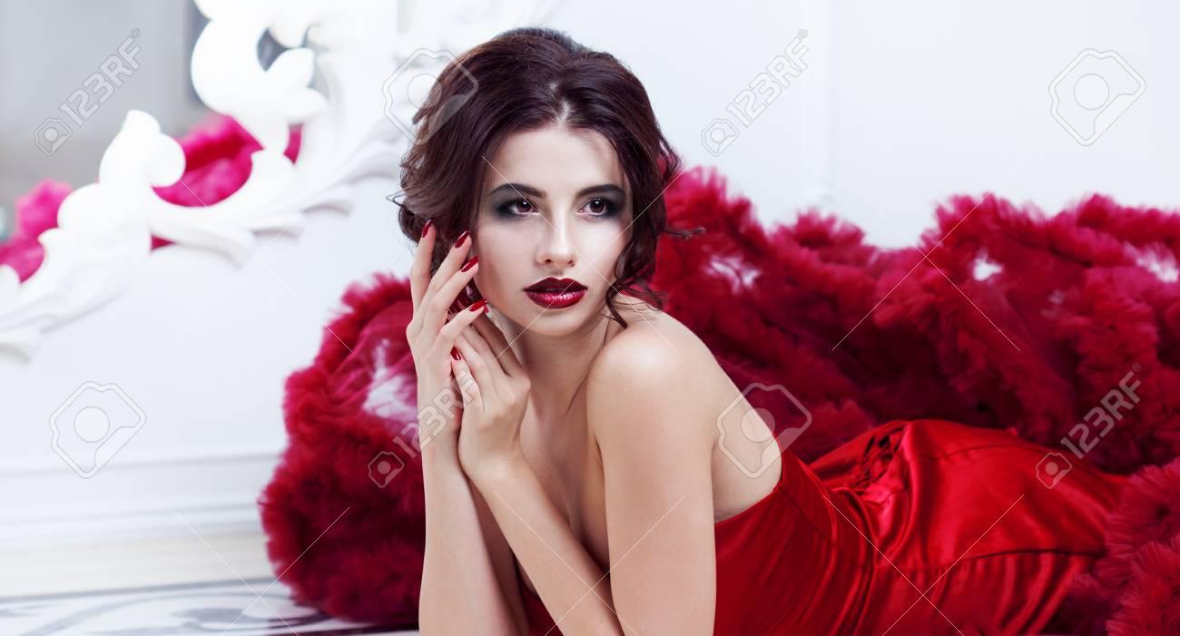 e72844aeb42 Banque d images - Beauté Brunette modèle femme en robe de soirée rouge.  Belle maquillage mode de luxe et de coiffure