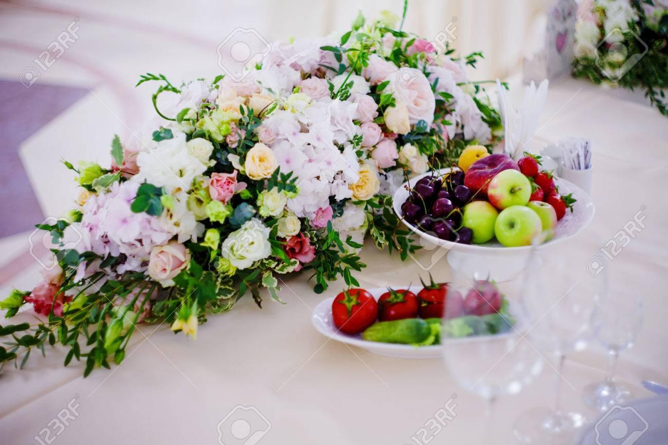 Tisch Blumen Hochzeit | Serving Hochzeit Tisch Blumen Bureau Fur Brautpaare Lizenzfreie