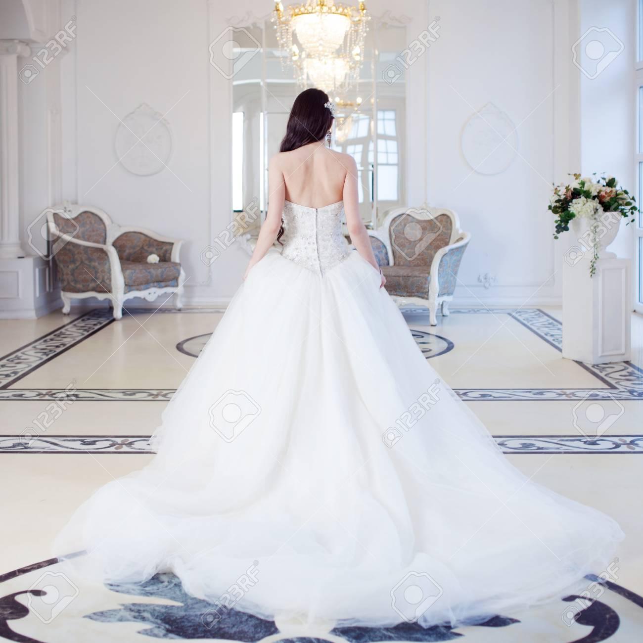 Portrait Der Schonen Braut Hochzeitskleid Mit Offenem Rucken