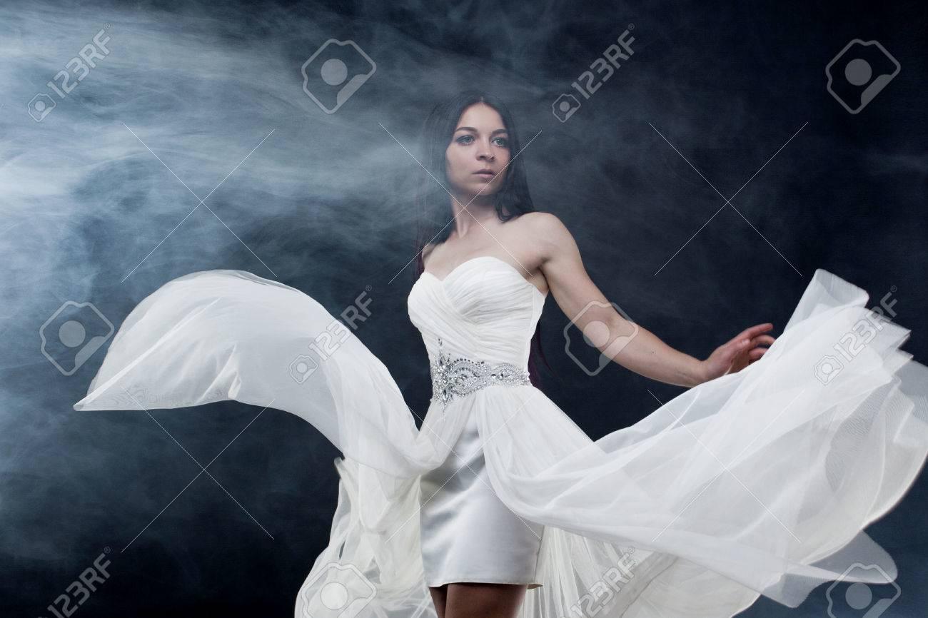 MystérieuxSombreFond BlancheMystiqueLe Jeune SexyPortrait Longue Style De Belle Femme En Fille Robe b7fY6gy