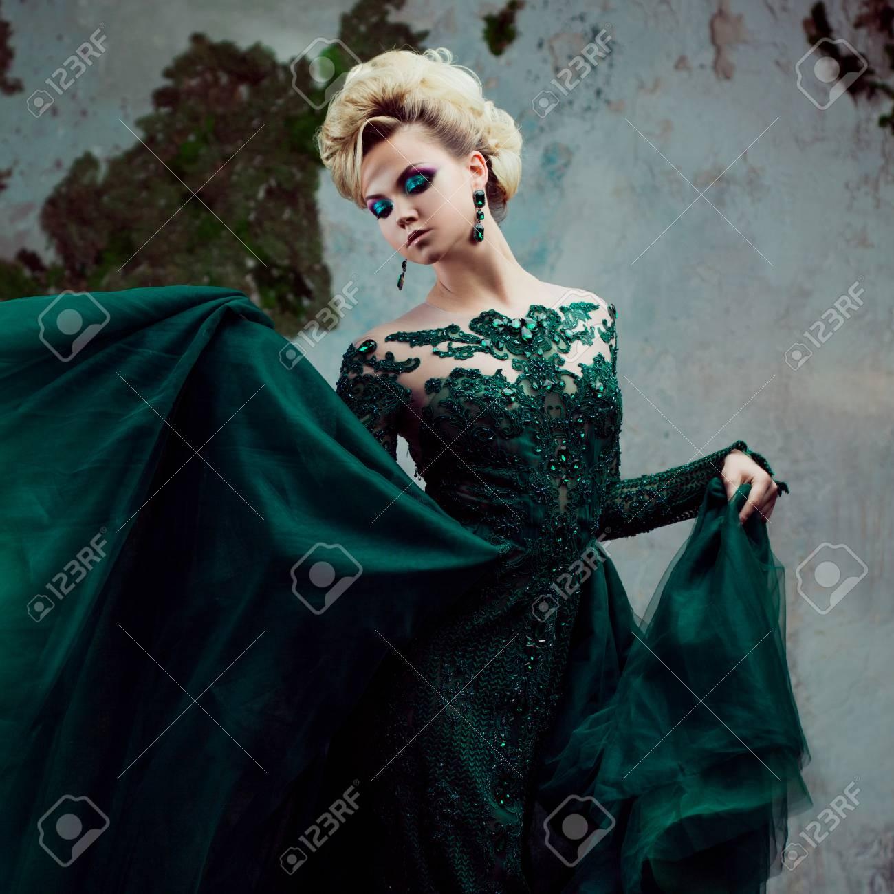 9d759c2d0fb Banque d images - Portrait de jolie jeune femme blonde dans une belle robe  verte. fond texturé