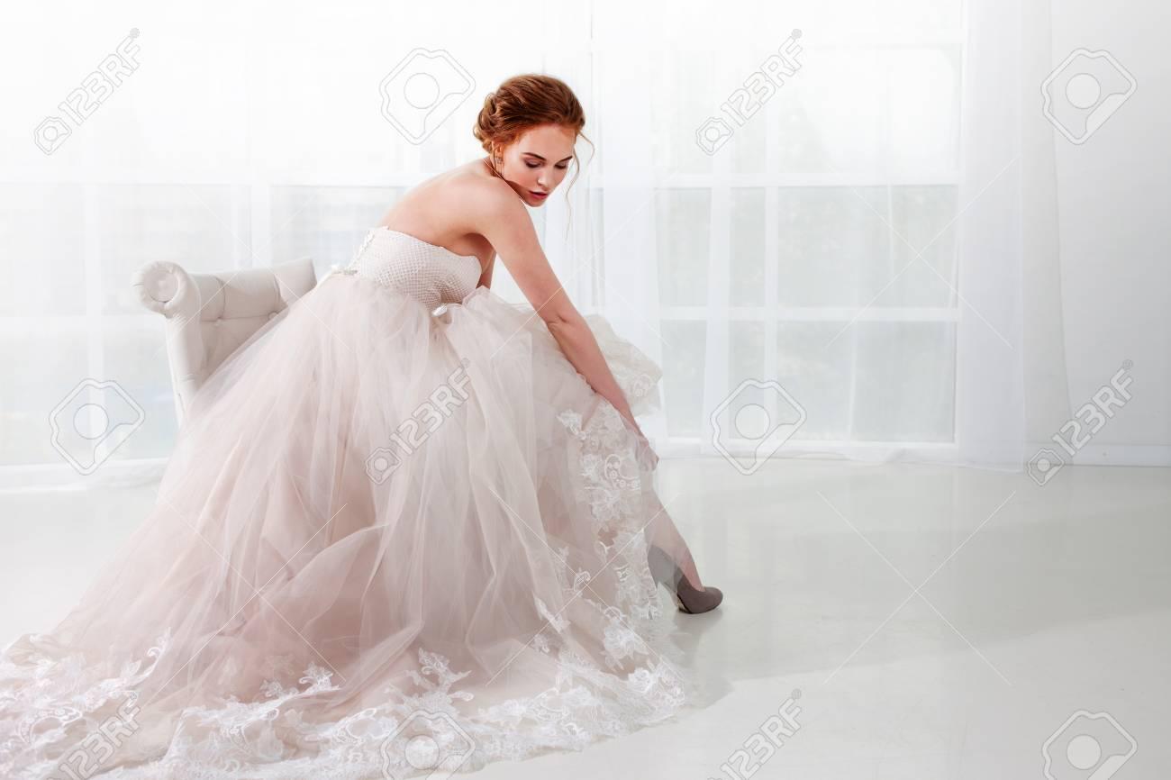 Portrait Eines Schonen Madchens In Einem Hochzeitskleid Braut In