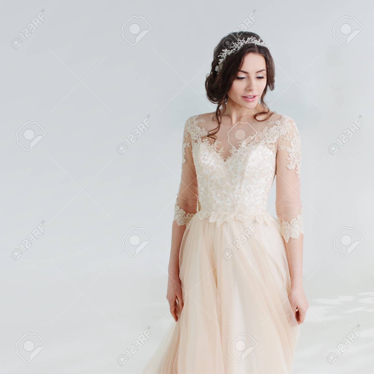 Tanzendes Schönes Mädchen In Einem Hochzeitskleid. Braut Im ...