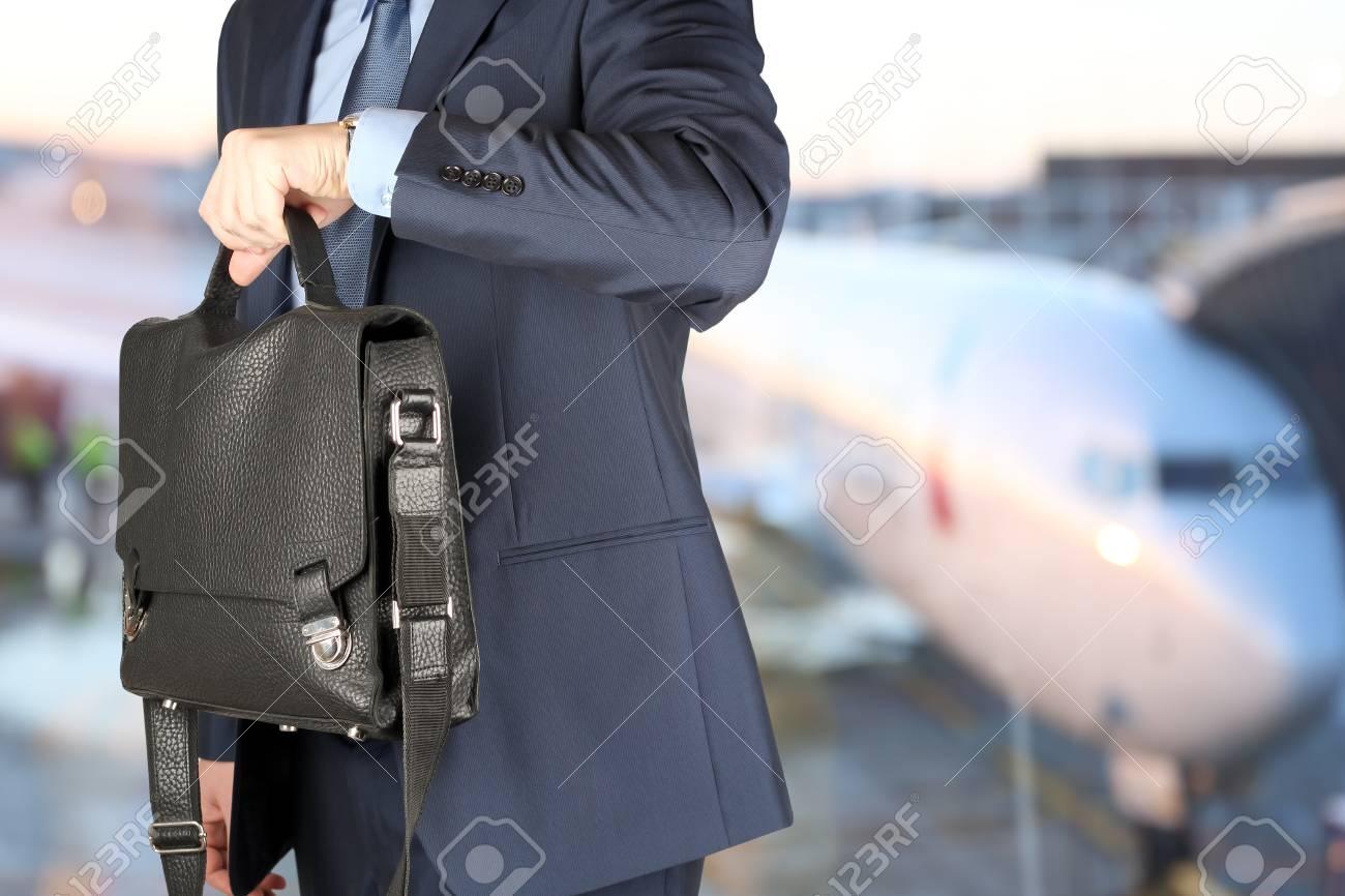 Mallette À L'aéroport Une L'heure Cuir Homme Montre Sur Sa Détenant Vérifiant D'affaires En 5q34jLAR