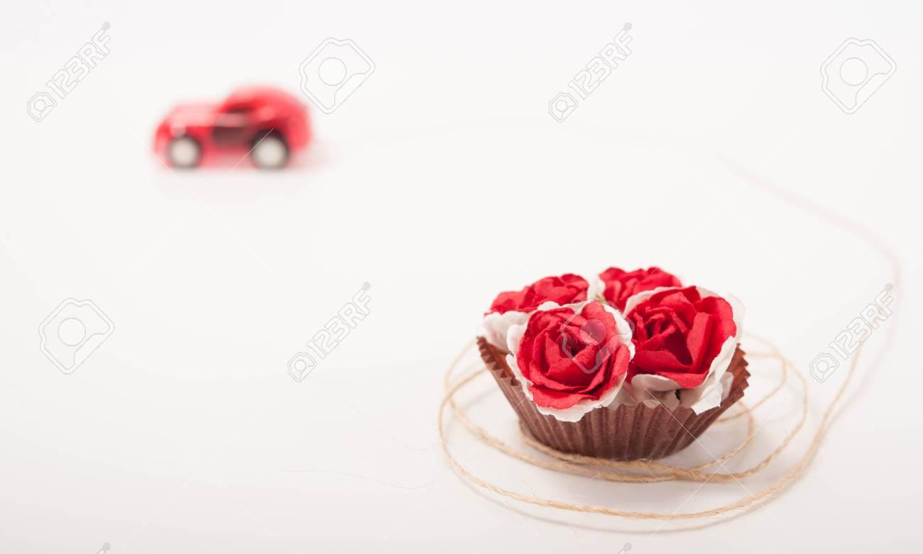 Está Coche Un Juguete Rojo A Algunas Rosas Color Llevando De 8wNPX0knO