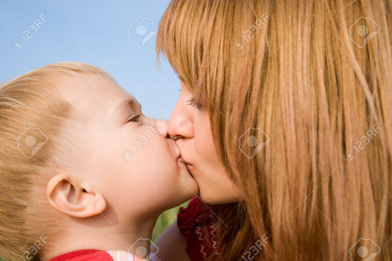Красивый поцелуй мамы с сыном фото 203-939