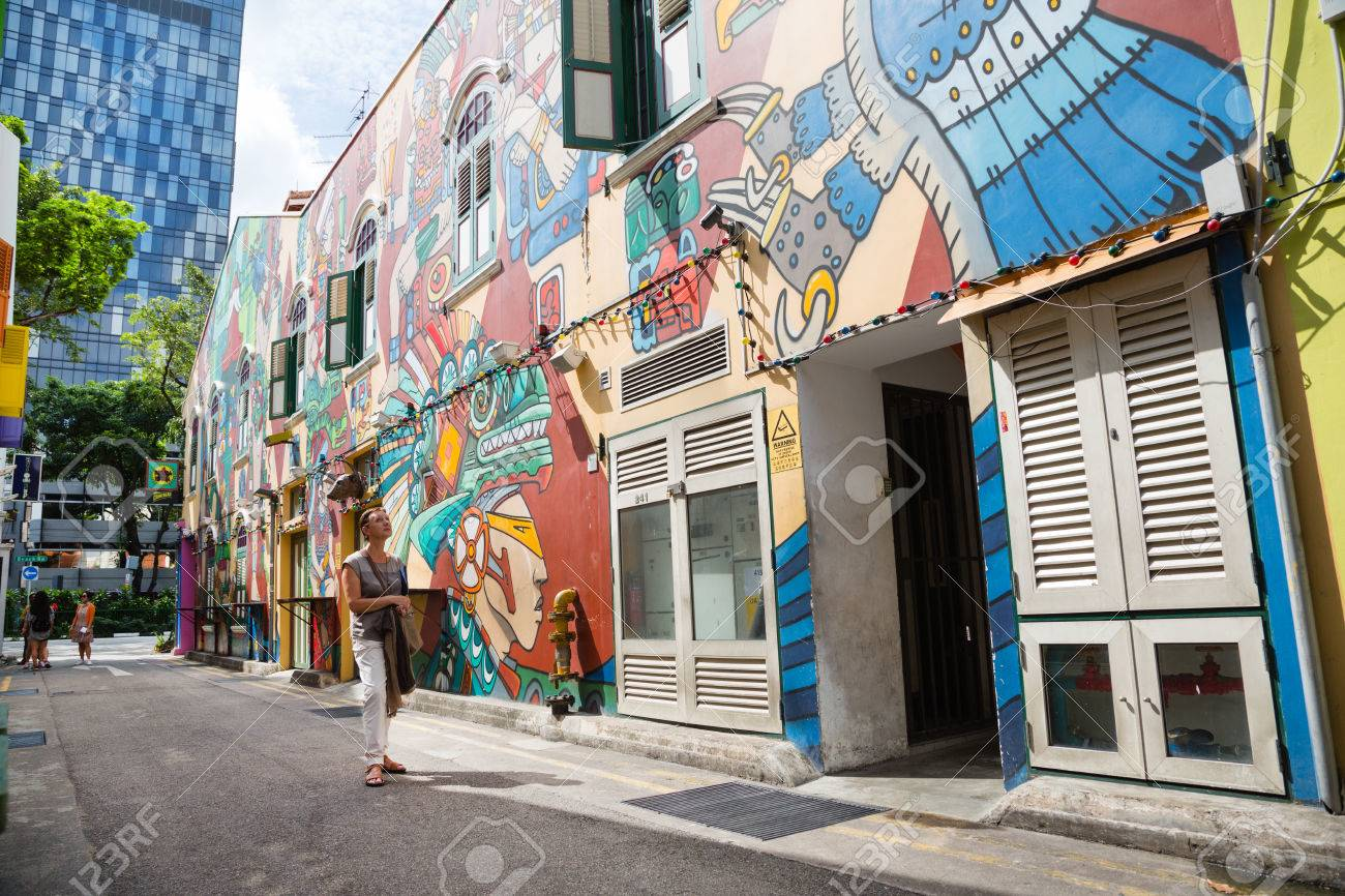 foto de archivo singapur alrededor de febrero de graffiti en las paredes de edificios antiguos haji lane haji lane es el barrio kampong glam