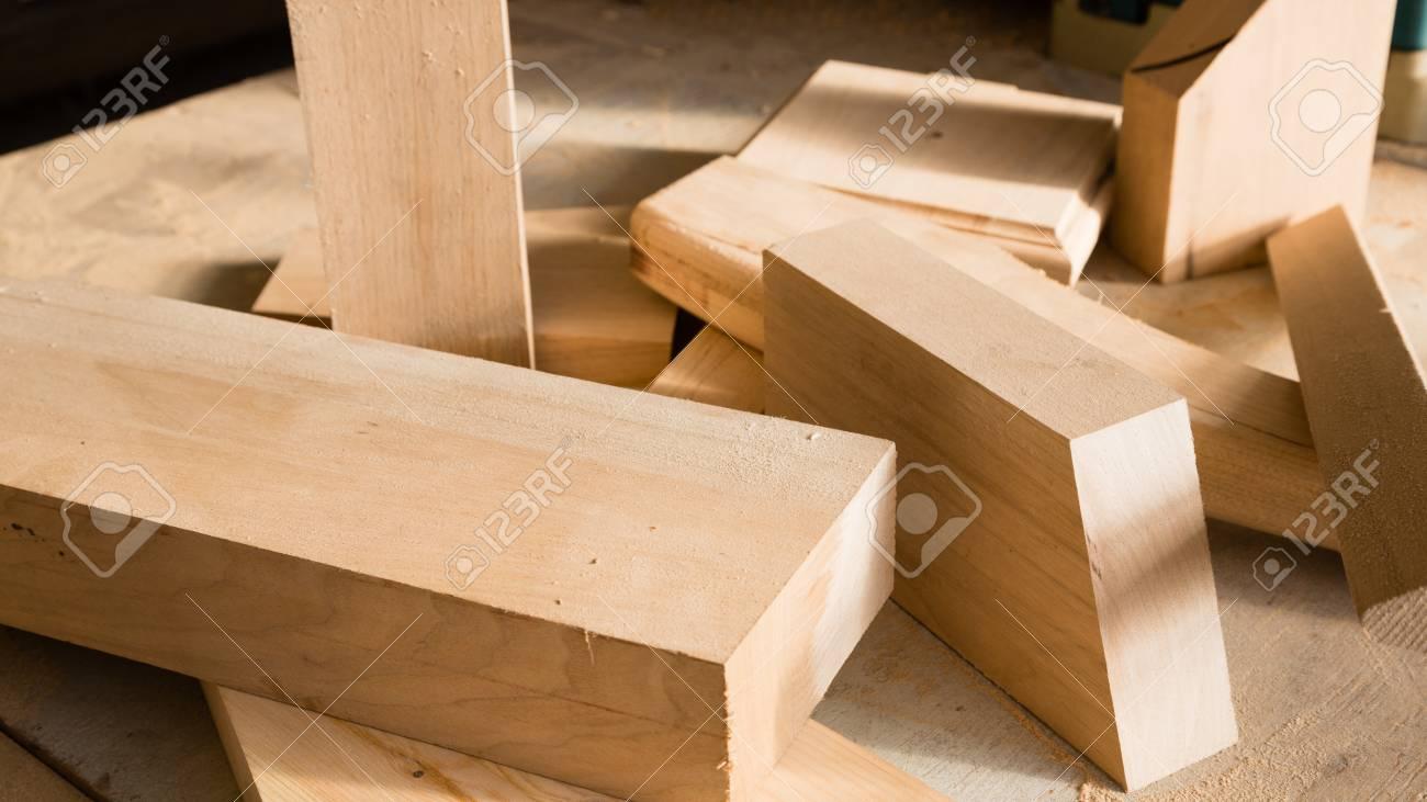 holzstäbchen auf einer werkbank in der schreinerei lizenzfreie fotos