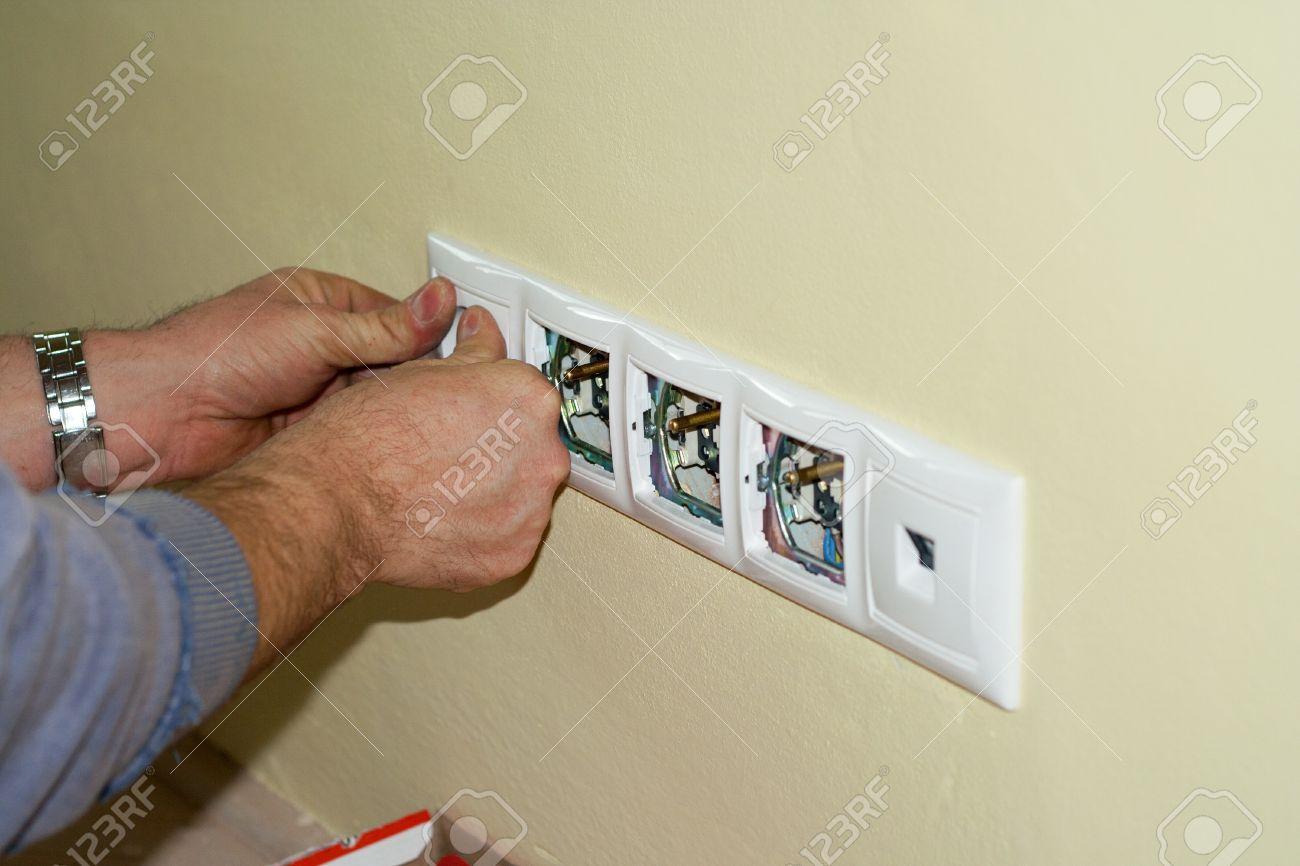 Elektriker Schließt Steckdosen Auf 230 Volt In Kisten In Der Wand ...